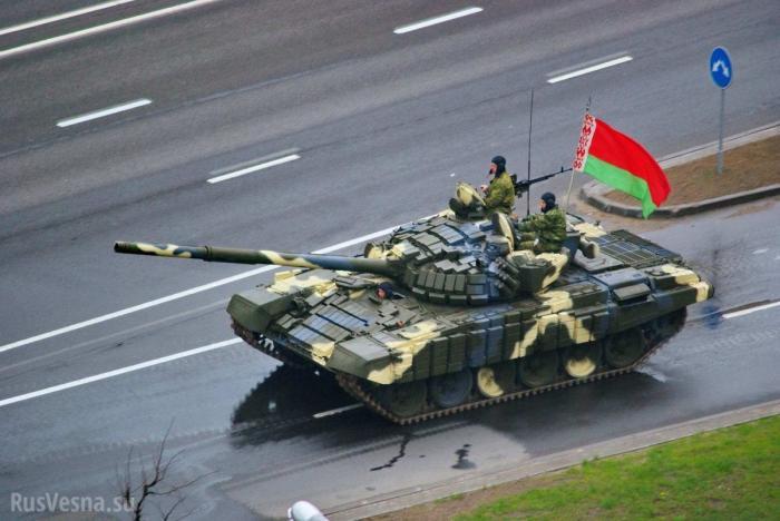 Парад в Минске. Танк едва невылетел натротуар после парада