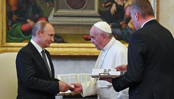Владимир Путин и Папа Римский после часовой встречи обменялись подарками