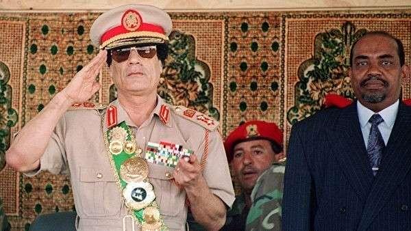 Ливийский лидер Муаммар Каддафи и президент Судана Омар аль-Башир на военном параде в Триполи