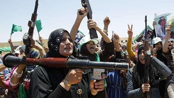 Сторонницы ливийского лидера Муаммара Каддафи в городе Бени-Валид, Ливия. Июнь 2011