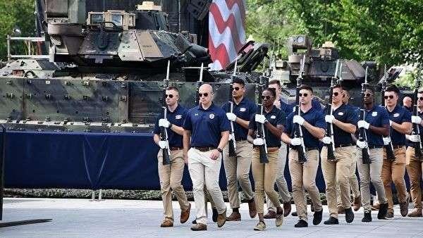 Бронемашины Брэдли, установленные у подножия сцены на Национальной аллее в Вашингтоне