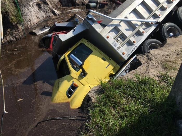 Дыры и провалы в земле уже пожирают грузовики. Не последний день Помпей