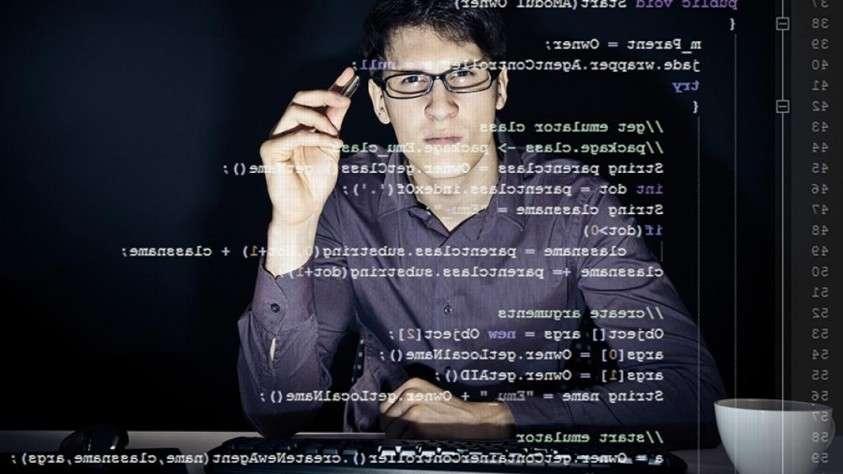 Мужчина изучает компьютерный код