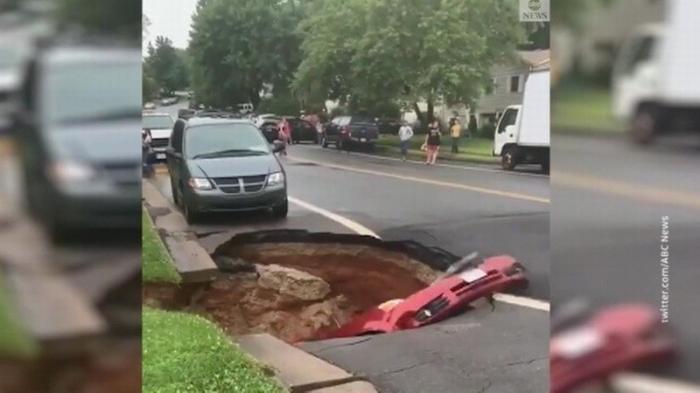 В США автомобиль провалился под землю прямо на глазах у ошарашенных очевидцев