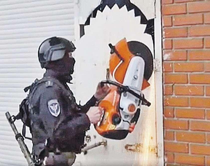Спецназ срезает петли на дверях особняка Коли Томского. И шутят: болгарка – универсальный ключ... Фото: МВД РФ