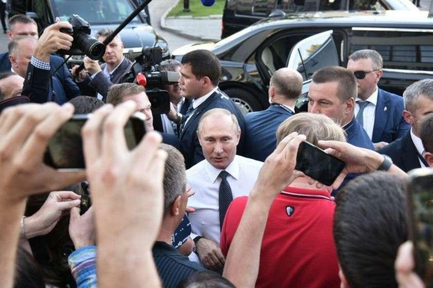 Владимир Путин внезапной остановкой привел в восторг молодежь Екатеринбурга