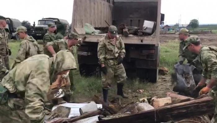 В Иркутской области Росгвардия с армией очищает территорию от завалов