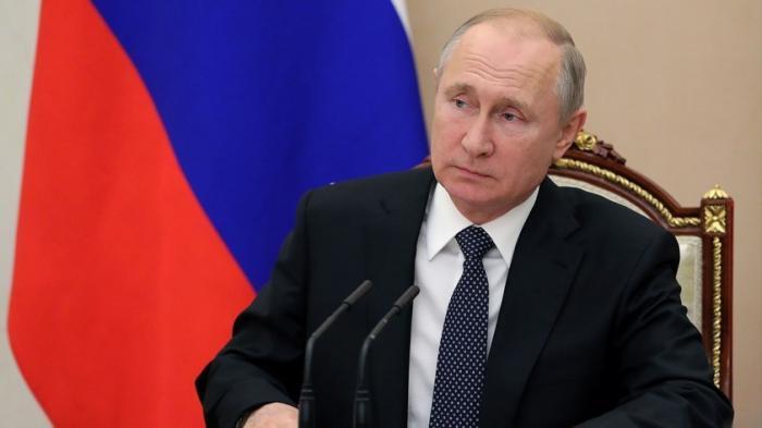Что читает Путин и что показывают его гостям: кадры из кабинета президента