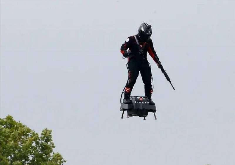 Летающая платформа для солдат была представлена на военном параде в Париже
