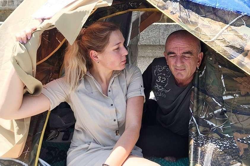 Наш корреспондент Дина Карпицкая прилетела в Грузию посмотреть что изменилось с отменой авиасообщения и даже залезла в палатку к антироссийским оппозиционерам. Встретили как родную