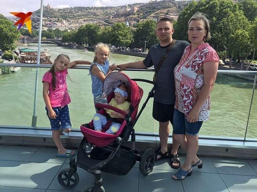 Многодетная семья из Ханты-Мансийского округа приехала в Грузию на машине Фото: Дина КАРПИЦКАЯ