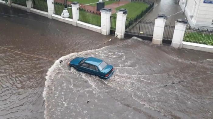 Ливень в час пик остановил Москву: автомобильные пробки стоят в воде