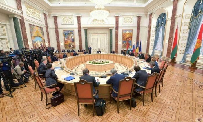 В Минске договорились о полном перемирии на Донбассе