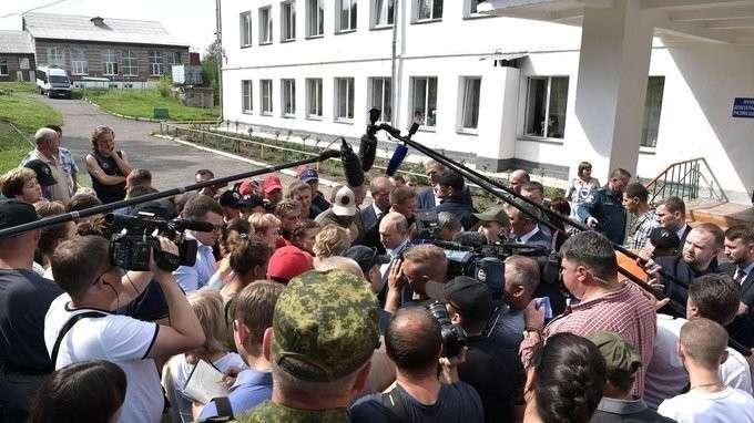 Владимир Путин в Тулуне посетил пункт временного размещения граждан