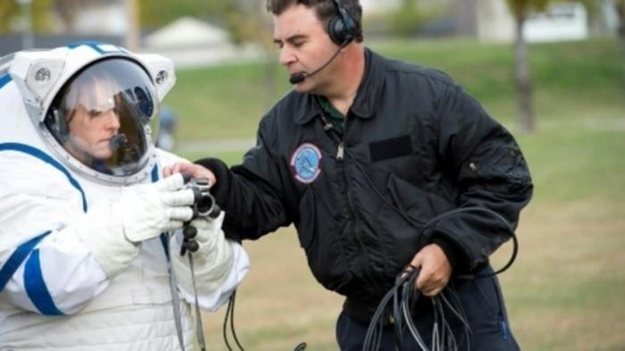 У НАСА нет скафандров для полета Луну, киношные не годятся