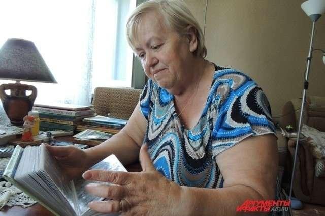 Нина Егорова пересматривает фотографии. Здесь её сыновья ещё все вместе.
