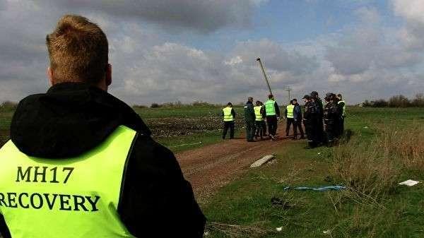 Эксперты из Нидерландов и Малайзии работают на месте крушения малайзийского самолета Boeing, выполнявшего рейс MH17 Амстердам – Куала-Лумпур