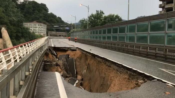 В Краснодарском крае из-за ливня обрушился участок федеральной трассы Джубга – Сочи