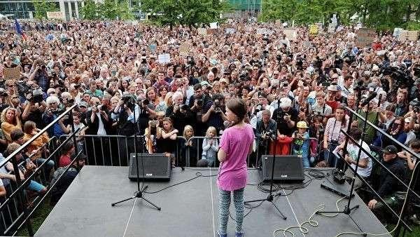 Шведская активистка Грета Тунберг во время акции Пятницы ради будущего в Берлине. 19 июля 2019