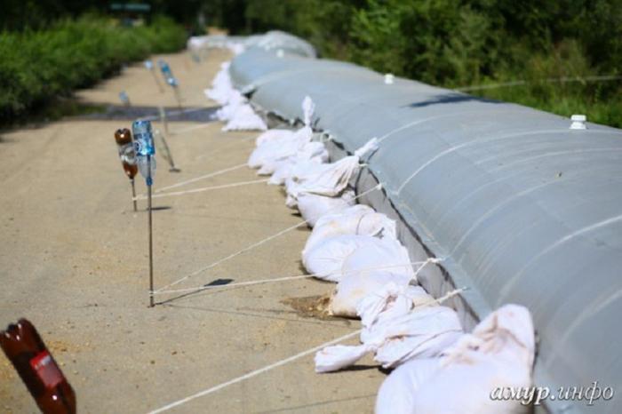 В Приамурье армия и МЧС возводят дамбы для защиты от наводнения