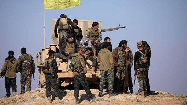 Бойцы Сирийских демократических сил (СДС) в деревне Багуз, Сирия