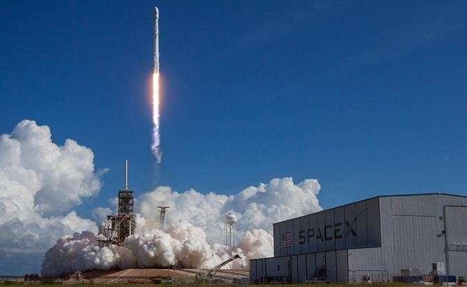 На фото: американская компания SpaceX выводит на орбиту беспилотный космоплан Х-37В с секретной миссией, 2017 год
