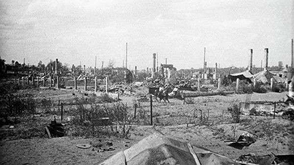 Сожженное фашистами при отступление еврейское гетто в Вилиямполе (район Каунаса). Август 1944