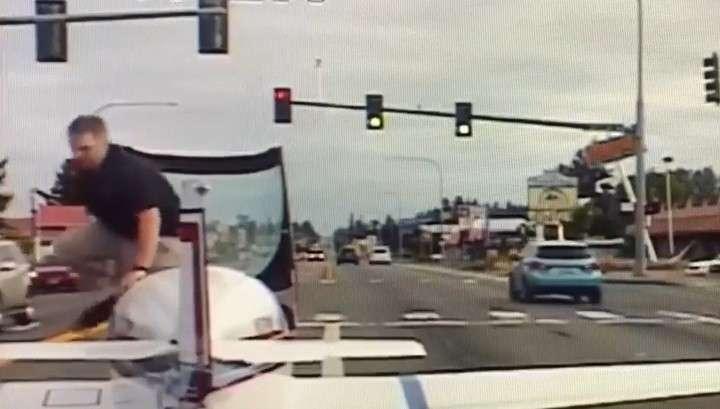 Пилот самолета совершил филигранную посадку на оживленную улицу