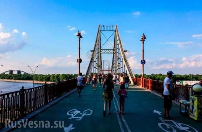 В Киеве обрушилась часть пешеходного моста через Днепр