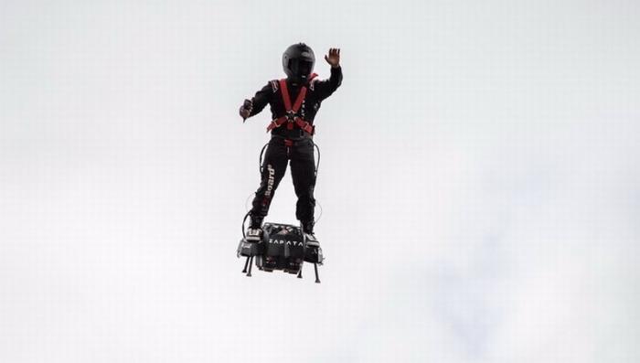Французский инженер Франки Запата на летающей доске добрался до Англии