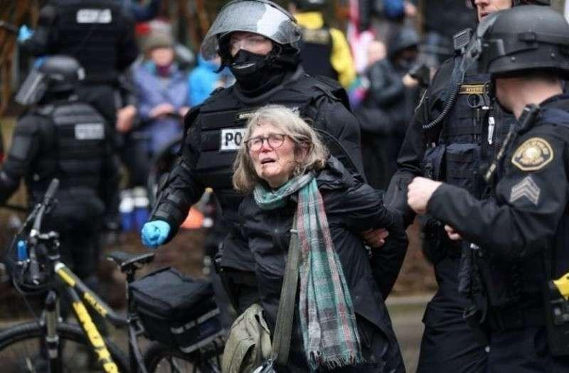 Как разгоняют митинги в «цивилизованных» западных странах (18+)