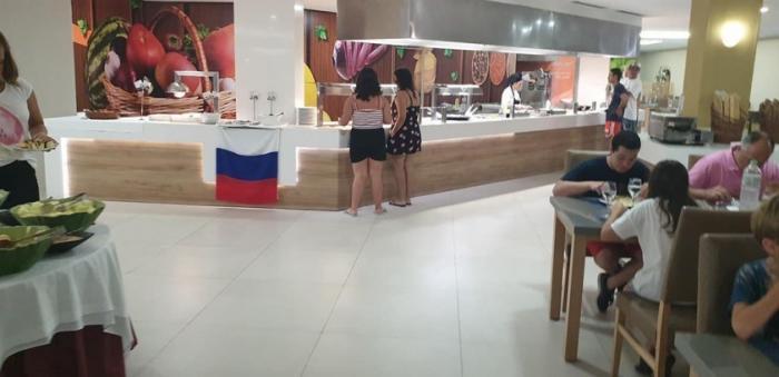 Украинцы-русофобы в испанском отеле пожаловались на российский флаг, за что их проучили