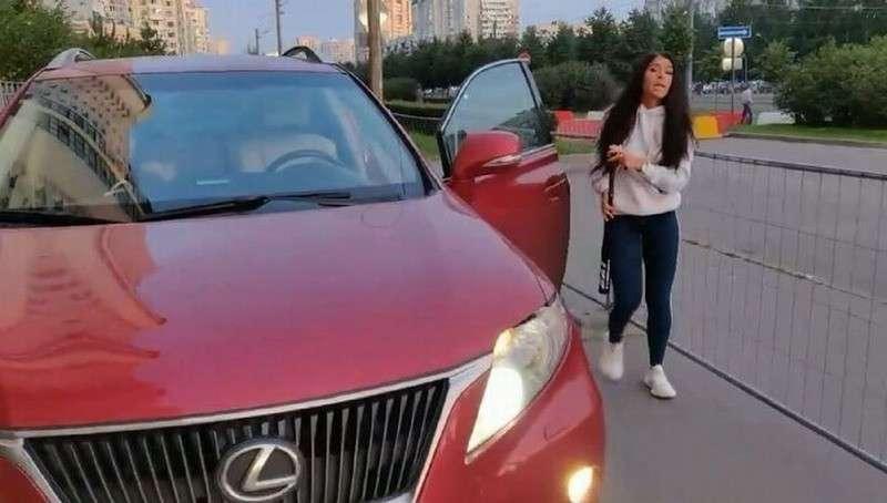 В Петербурге отмороженная мажорка на Lexus битой отстояла свое право ездить по тротуару