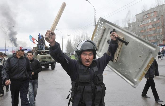 Киргизия зависла между «третьей революцией» и войной президентов
