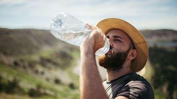 Турист пьет воду
