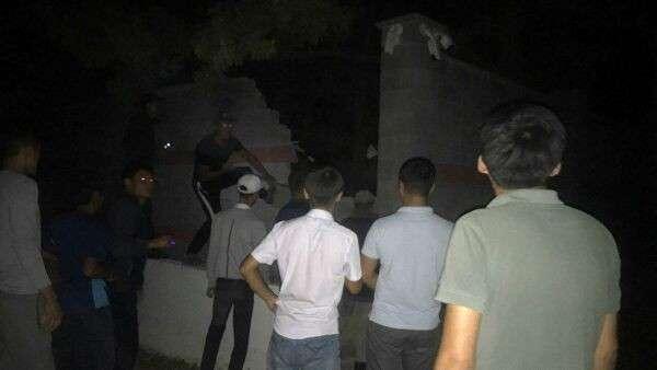 Люди перелезают через забор на месте задержания экс-президента Киргизии Алмазбека Атамбаева
