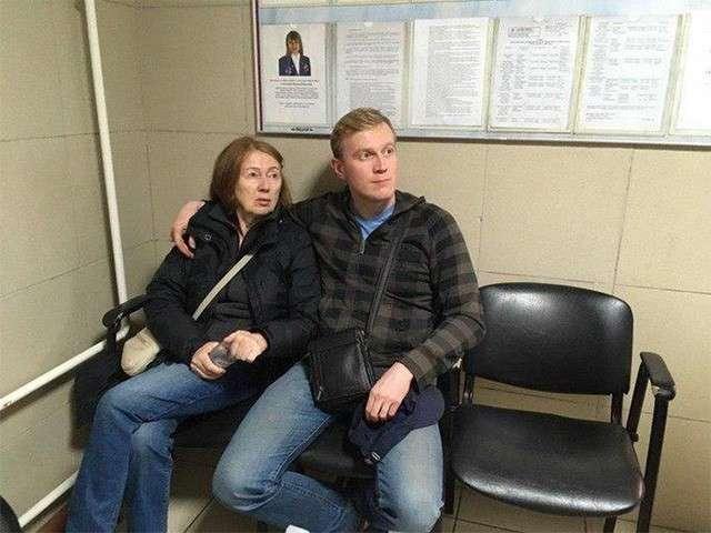 Провинившегося на митинге в Москве помощника Соболь Сергея Фомина мама привела в полицию сдаваться