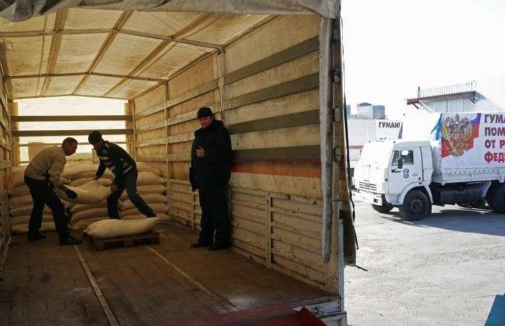 На пути следования конвой разделился на две колонны, одна отправилась в Донецк, а другая - в Луганск. На фото: разгрузка грузовика с гуманитарной помощью  на одном из продовольственных складов Луганска