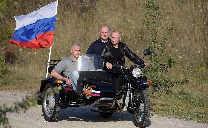 С главой Крыма Сергеем Аксёновым (слева) и врио губернатора Севастополя Михаилом Развожаевым.