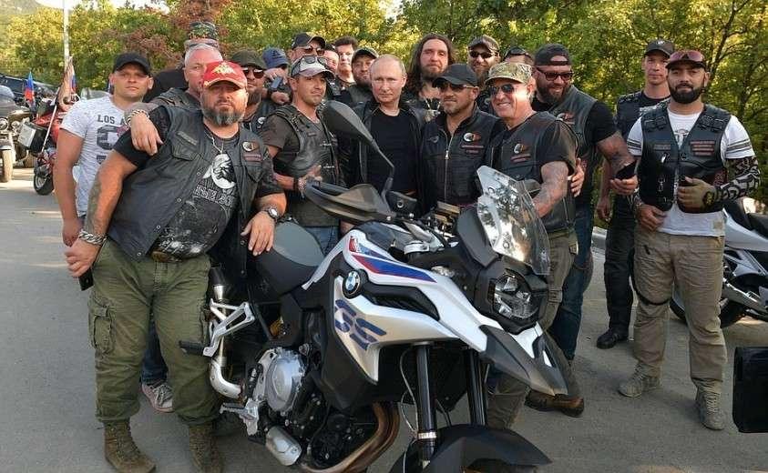 С участниками мотоклуба «Ночные волки» на международном байк-шоу «Тень Вавилона».