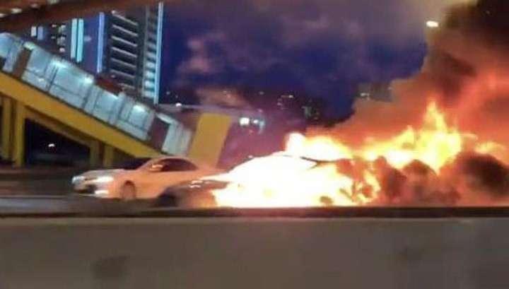 Электромобиль Тесла столкнулся с Газелью и сгорел на МКАД