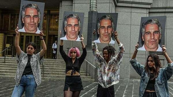 Участницы протеста Hot Mess с фотографией Джеффри Эпштейна перед зданием федерального суда в Нью-Йорке.  8 июля 2019 года