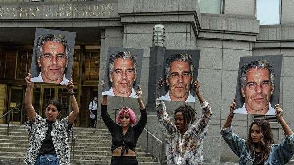 Участницы акции протеста с портретами Джеффри Эпштейна перед зданием федерального суда в Нью-Йорке