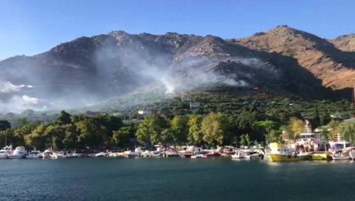 Туристы в Турции, Испании и Греции спасаются бегством с горящих островов