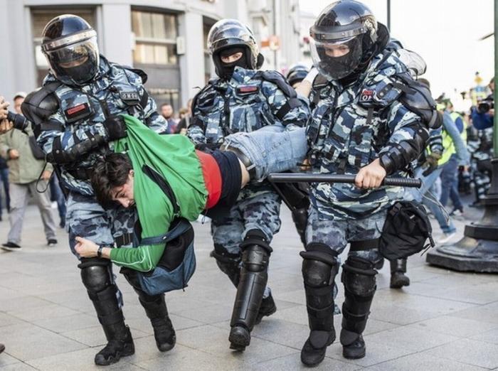 Кремль поддержал жесткие действия полиции во время незаконных акций в Москве