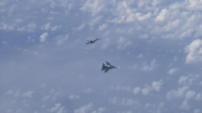 Российские Су-27 оттеснили истребитель НАТО, который попытался приблизиться к самолёту Шойгу