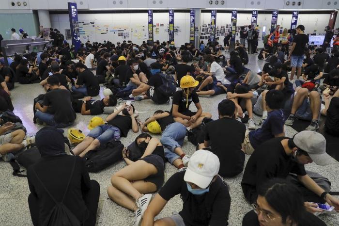 Суд Гонконга разрешил бить и выдворять протестующих из аэропорта