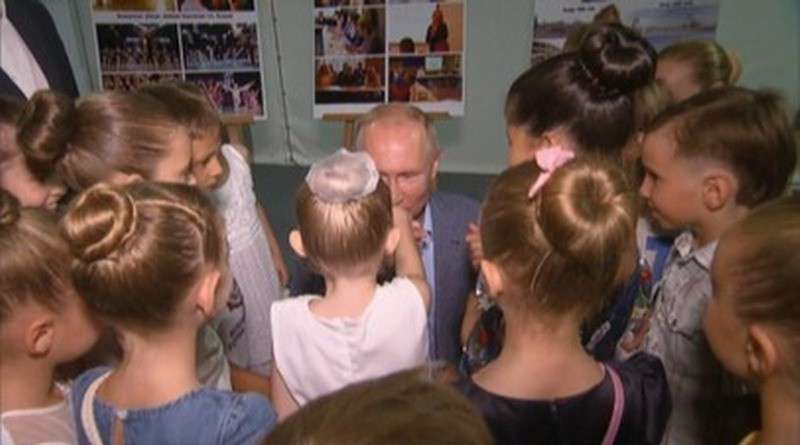 Владимир Путин поцеловал руку маленькой балерине в Севастополе