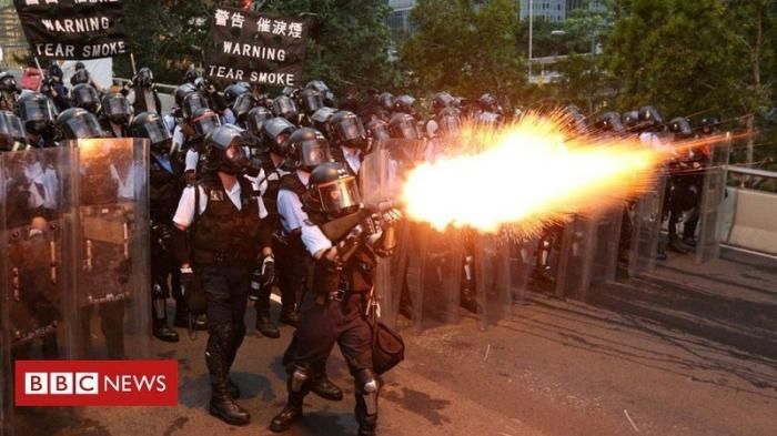 Массовые протесты в Гонконге растут и ширятся, захватывая аэропорты и вокзалы
