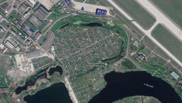 От Глушицы до взлётной полосы меньше километра. Фото © Google Maps